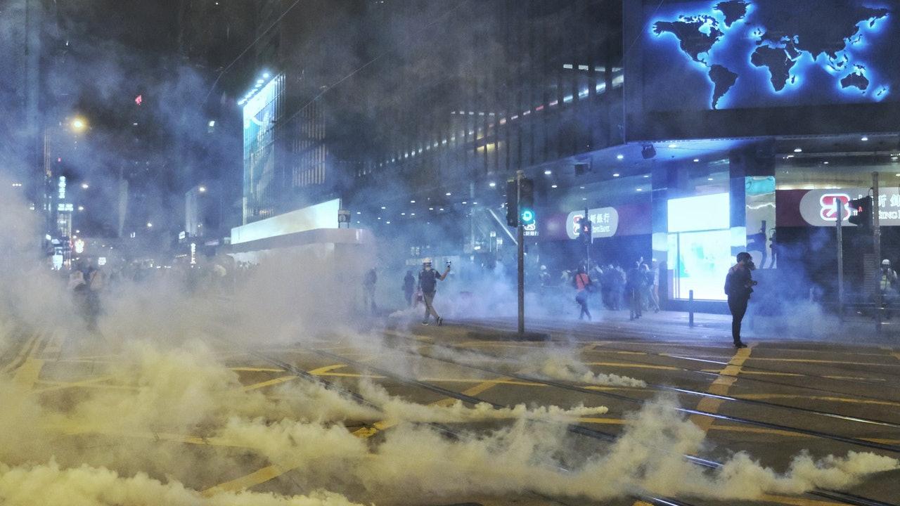 【萬聖節.直播】數十名防暴警向維園推進舉黃旗促聚人士離開