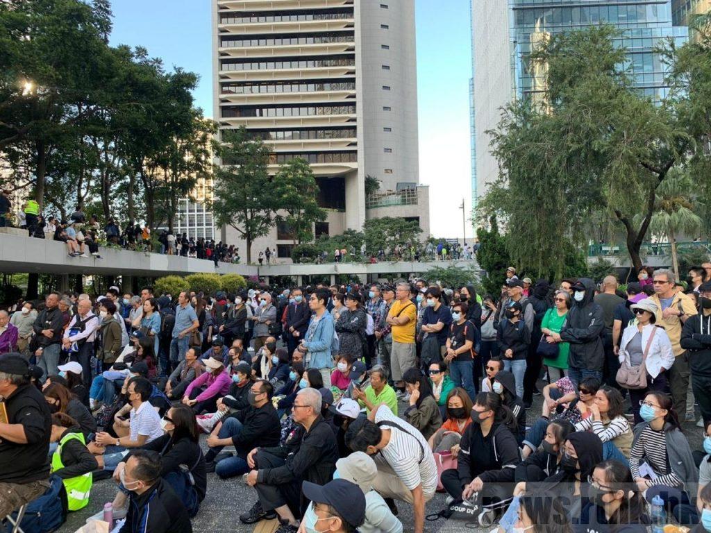 銀髮族與學生集會警方稱高峰時有650人