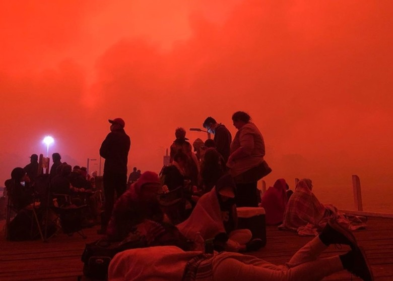 山火逼近天空染紅5000人受困等跳海